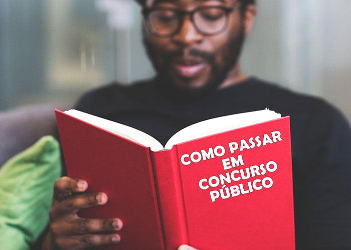 homem lendo livro e estudando para concurso publico