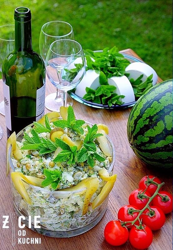 salatka, salatka do grilla, salatka na impreze, grill, co do grilla, przepisy na grilla, dodatki do grilla, mlode ziemniaki, ogorki malosolne, mieta, przyjecie w ogrodzie, pomidory kisciowe, ogrod, wiosna, majowka, blog, zycie od kuchni
