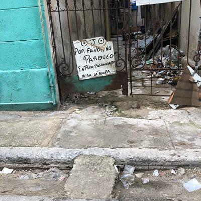 La Habana. Cartel entrada y salida de moto.