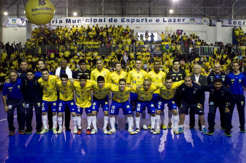 Pela primeira vez em São José dos Pinhais - Brasil vence a Costa Rica no  desafio internacional de Futsal. d06e4881cbfd8