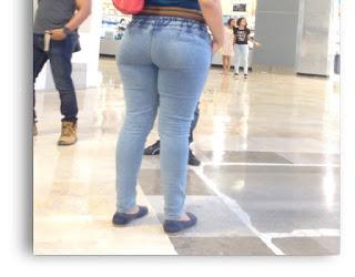 Bonita mujer caderona pantalon pegado