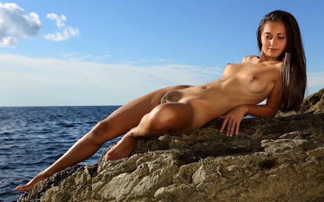Юная, обнаженная, девушка, тело, загар, грудь, животик, пися, ножки, поза, лежит, камни, вода, море