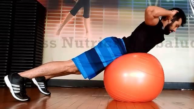 Ejercicio dorsal sobre fitball para trabajar músculos de la espalda