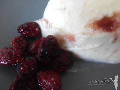 Helado cremoso de queso fresco con frutos rojos