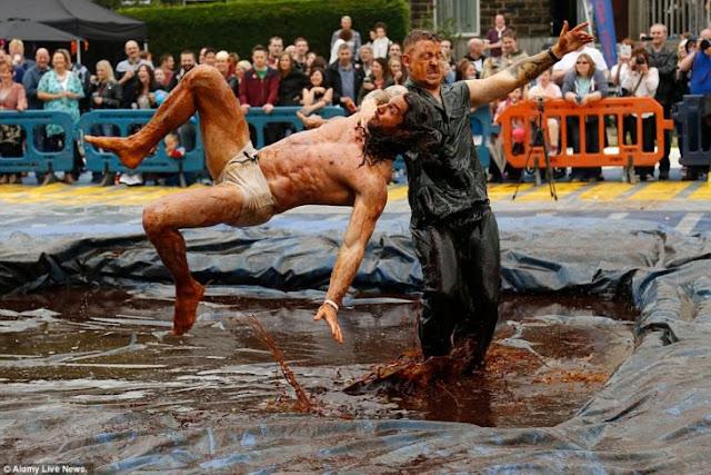 Ya viene el Campeonato Mundial de Lucha en salsa Gravy