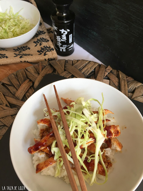 sencillo-plato-de-arroz-oriental-con-salsa-teriyaki