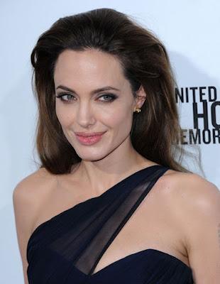 """Biografi Angelina Jolie  Biodata  Nama Lengkap : Angelina Jolie Voight  Nama Lain : Angelina Jolie  Lahir : 4 Juni 1975 Los Angeles, Amerika Serikat  Pekerjaan : Aktris  Tahun Aktif : 1980-sekarang  Zodiak : Gemini  Orang Tua : Jon Voight dan Marcheline Bertran   Angelina Jolie merupakan artis hollywood berkebangsaan Amerika Serikat lahir pada (4 Juni 1975) di Los Angeles, Amerika Serikat. Wanita yang satu ini memiliki wajah cantik dilengkapi postur tubuh indah, walaupun usianya sudah meninjak sekitar 39 tahunan tetapi ia masih seperti kaya anak muda dikarenakan suka menjaga keindahan elok tubuh dirinya.  Angelina Jolie pernah dinominasikan dalam Academy Awards. Ia merupakan putri kandung dari pemeran pria senior yaitu Jon Voight. Sejak tahun 1980-an aktris yang satu ini sudah berkarir dalam dunia pertelevisian, ditahun 2003 dirinya menikah dengan Billy Bob Thornton, namun sayangnya kedua pasangan itu harus bercerai pada tahun 2005.  Pada usia 17 tahun, Jolie memainkan peran setengah manusia dalam """"Cyborg 2"""" bersama Elias Koteas. Karir Jolie dalam dunia perfilman mulai tampak satu dekade kemudian dengan film berbiaya murah Cyborg 2 (1993). Dalam Hackers (1995), Jolie mulai memerankan tokoh  biografi angelina jolie dalam bahasa indonesia biodata angelina jolie lengkap  biografi artis angelina jolie biografi tentang angelina jolie"""