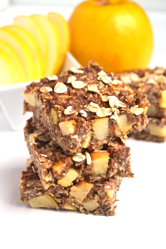Apple Cinnamon Oat Bars are ready in just 30 minutes and make the perfect breakfast, snack or lunch addition! They are chewy, filling and nutritious. www.nutritionistreviews.com