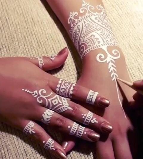 Gambar Henna Terbaru Di Kedua Tangan Wanita Baik 10