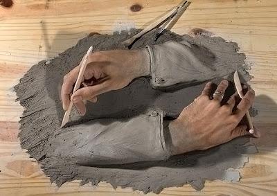 Çamurdan birbirinin kollarına şekil veren heykeltraş elleri