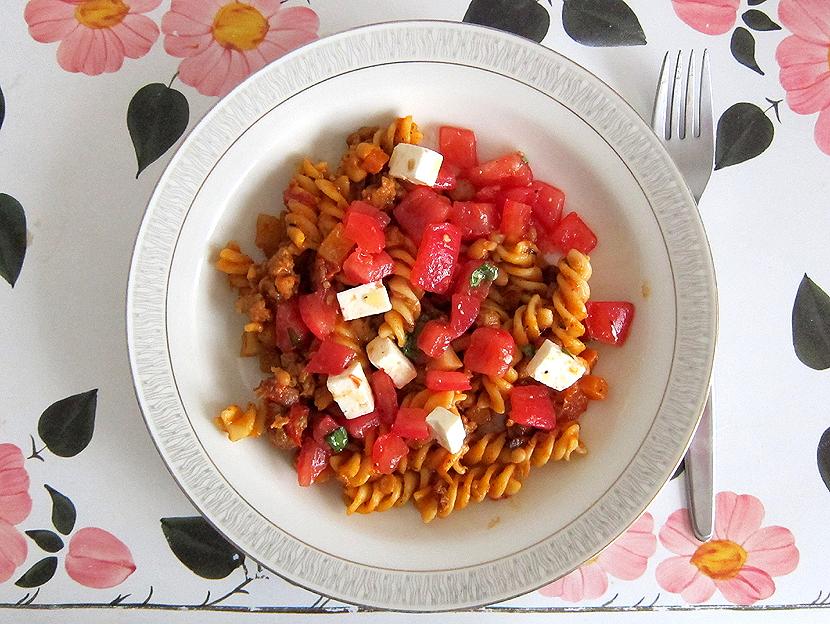 genussbereit gestern bei mama nudeln mit schneller bolognese und tomaten feta salat. Black Bedroom Furniture Sets. Home Design Ideas