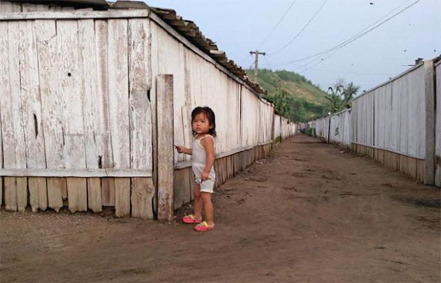 Chu nhận thấy cuộc sống nghèo khổ của người dân làng. Thậm chí, có người còn xin anh tiền.