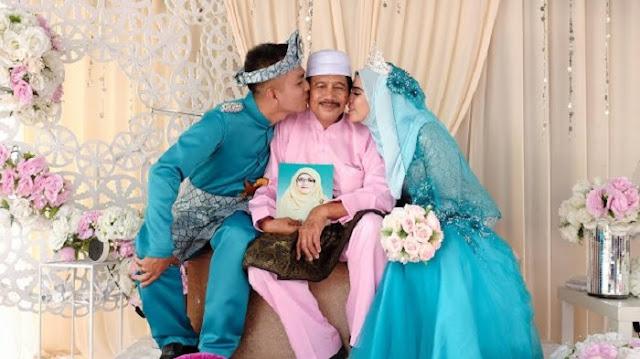 Bawa Foto Almarhumah Istri Saat Pernikahan Anaknya, Kisah Pria Ini Bikin Haru