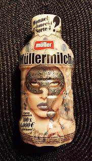 Müller-Milch Flasche, bedruckt mit einem Frauengesicht mit Fragezeichen-Maske