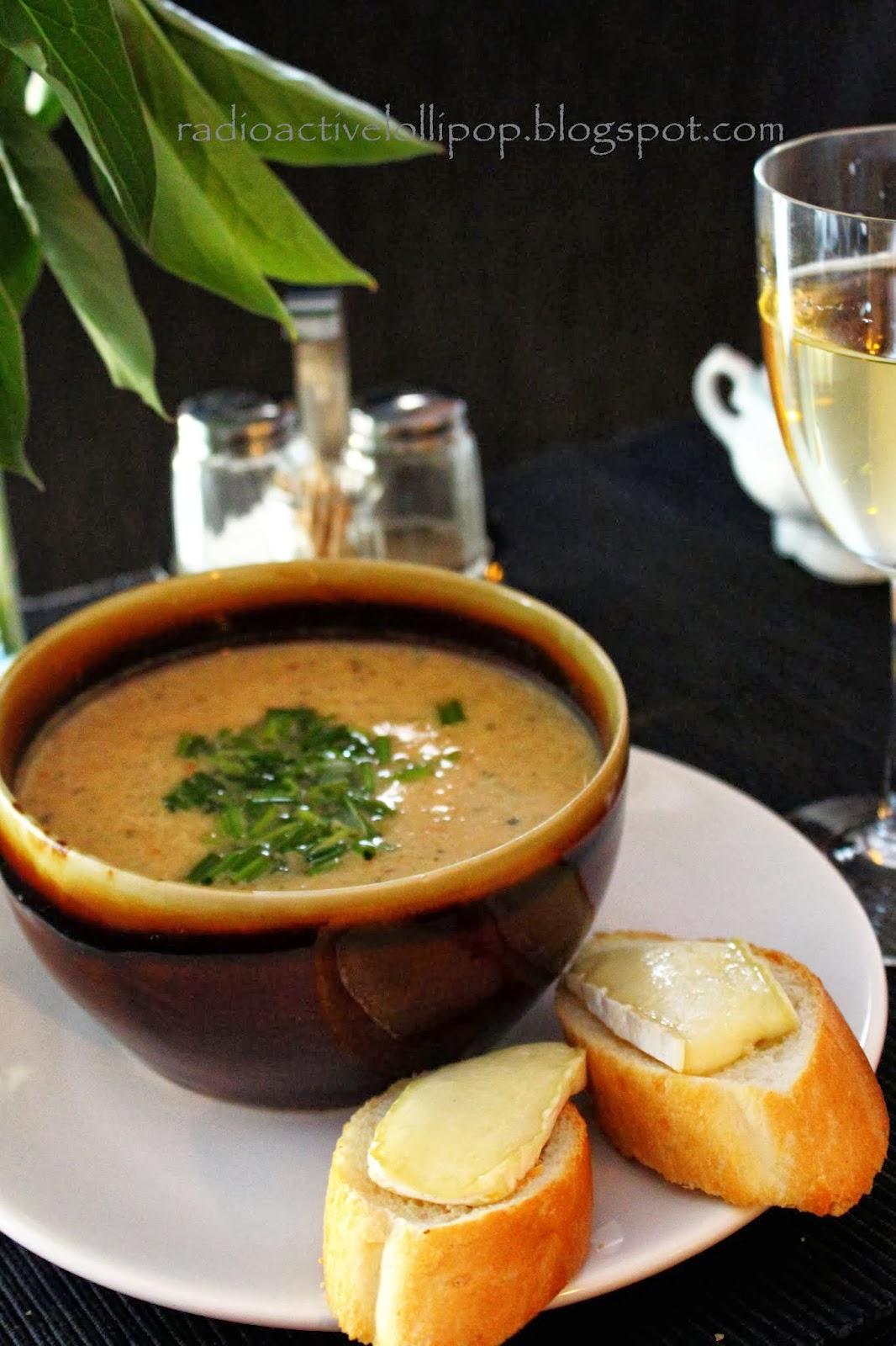 Zupa cebulowa na białym winie z grzankami brie ;)