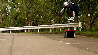 オールドスクールスケートボードに欠かせないジャンプランプで飛ぶ巨体