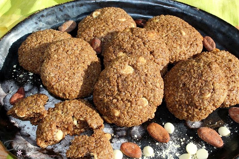 Chrupiące ciasteczka jaglane z kakao i białą czekoladą