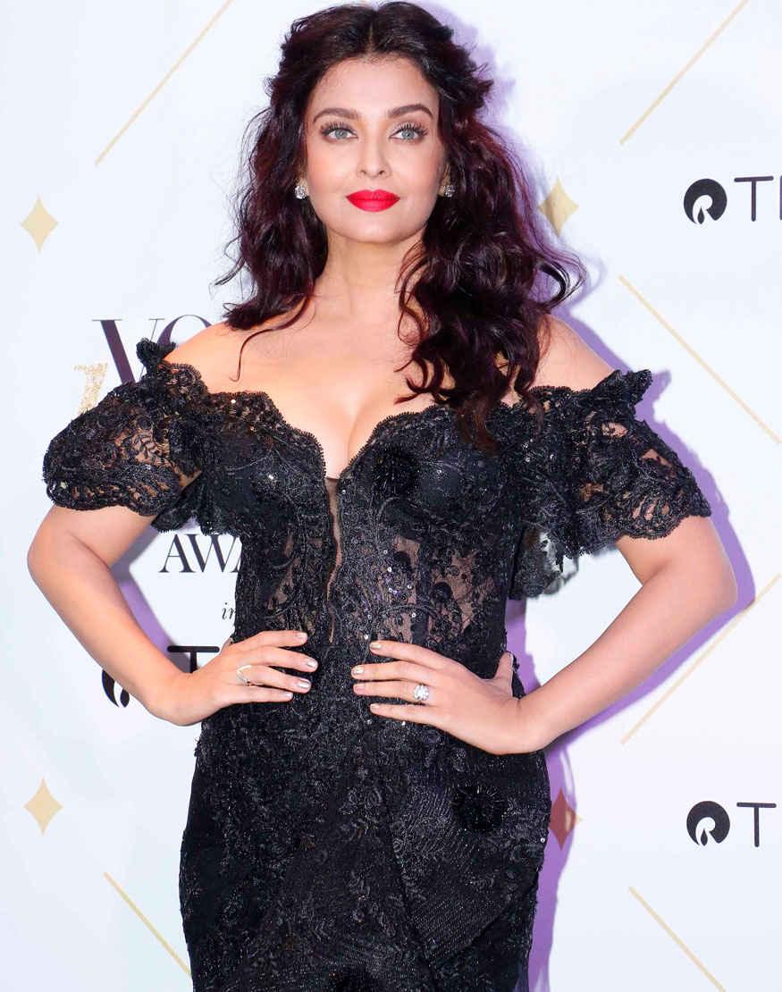 Aishwarya Rai Stunning Poses at Vogue Beauty Awards 2017 Event In Mumbai