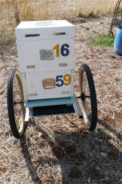 Μελισσοκομικό καρότσι με ρόδες ποδηλάτου ΕΡΧΕΤΑΙ
