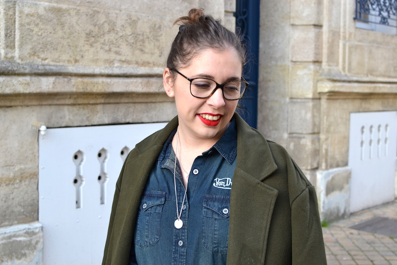 chemise en jean von Dutch, manteau kaki Sheinside, rouge à levre Too faced, collier l'atelier d'amaya