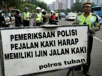 Aksi Jalan Kaki Dihadang Polisi Dimintai Surat Ijin Jalan Kaki, Warga Net Sindir Dengan Meme