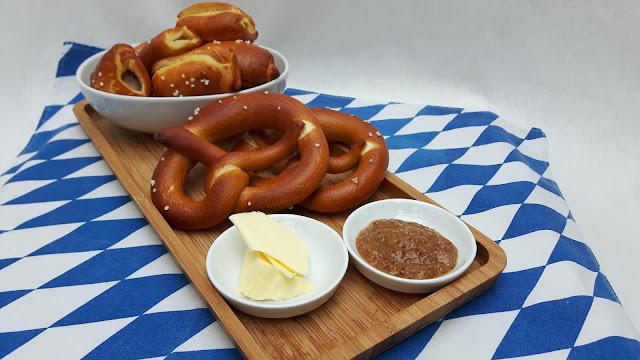 bayerisches Frühstück mit Weißwurst im Brezelteig
