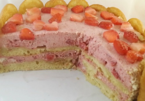 Es una tarta de fresas con  bizcochos de soletilla. bavaresa. Carlota