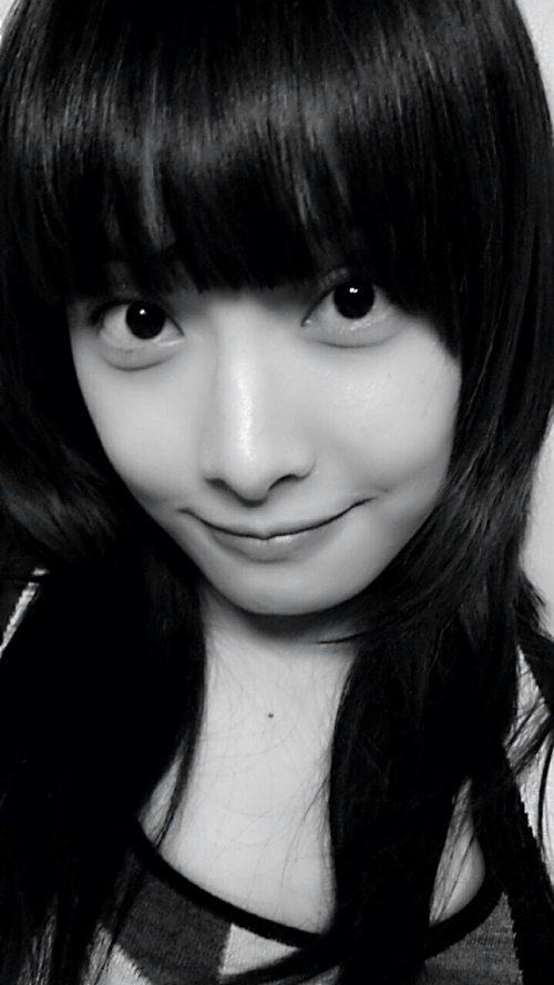 Victoria f(x) Black and White Selca