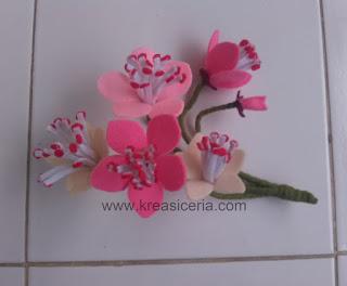 Bunga sakura yang dibuat dari kain flanel