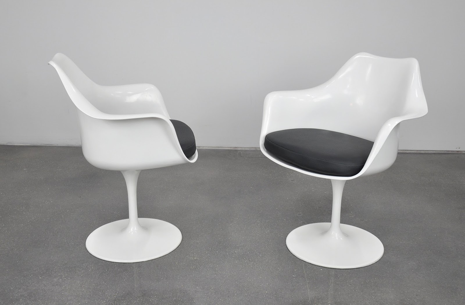 select modern pair of eero saarinen for knoll swivel tulip dining armchairs. Black Bedroom Furniture Sets. Home Design Ideas