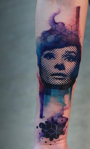 Belo meio tom manga da tatuagem. A combinação das cores mais o abstracto, do design, o torna único e fora deste mundo. O toque moderno no design também ajuda a diferenciá-la de outros projetos.