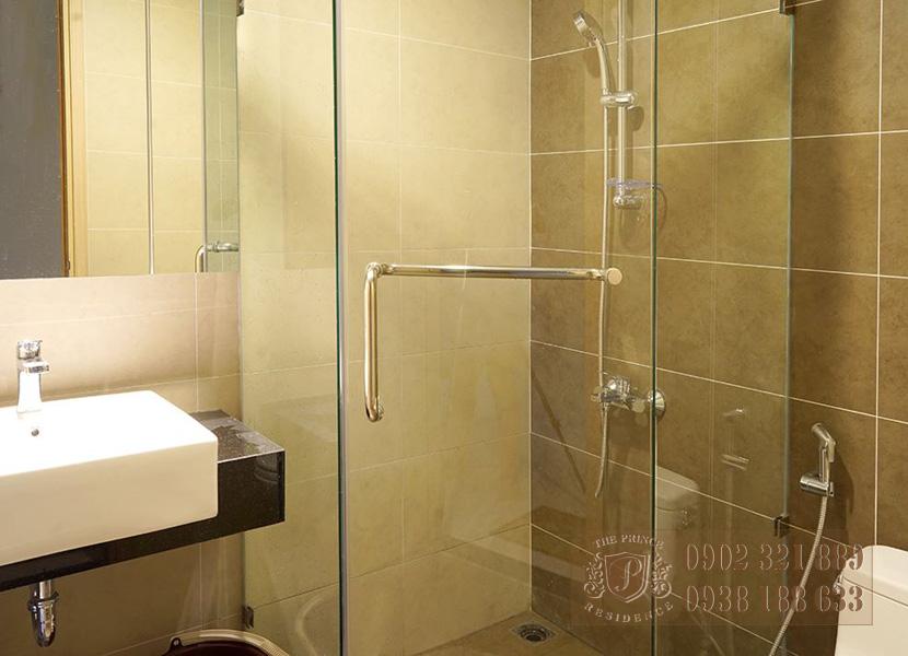 The Prince Residence - phòng tắm kính