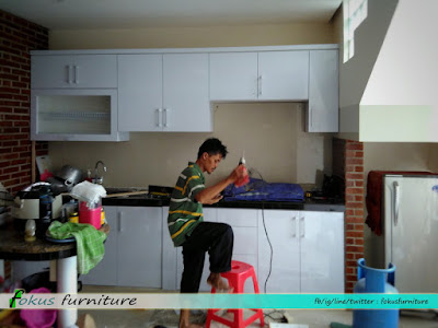 Proses instalasi kitchen set di lokasi