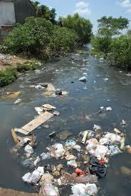 Rio poluído é considerado um grande problema na saúde dos moradores de uma cidade