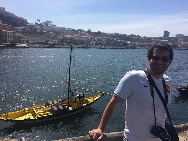 Ribeira, com o Rio Douro ao fundo com um barquinho com barris de Vinho do Porto - Porto - Portugal