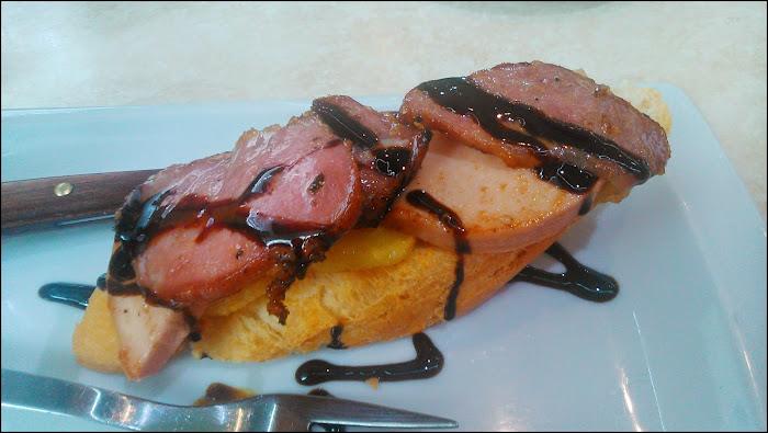 Tosta de foie con secreto ibérico y patatas panaderas en Bar la Perla Moratalaz