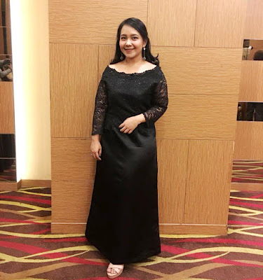 Gaun Malam Dengan Potongan Simple untuk ke Pesta Kampus