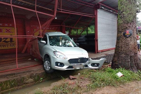 नगरोटा बगवां के अंतर्गत 53 मील में दुकान में घुसी अनियंत्रित कार, दो की मौत