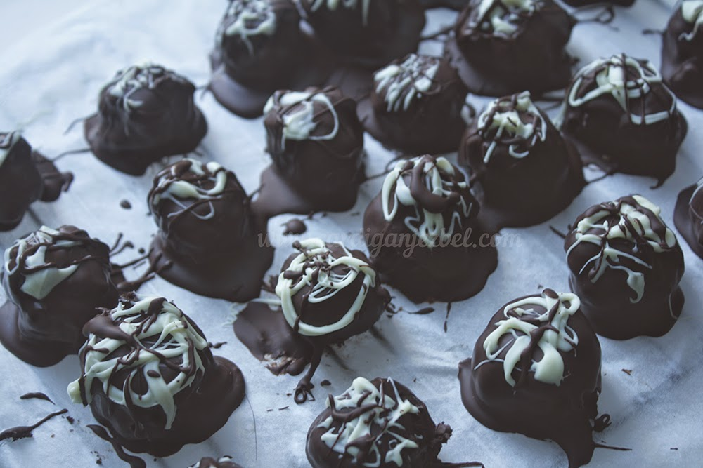 Dark and white chocolate oreo truffles