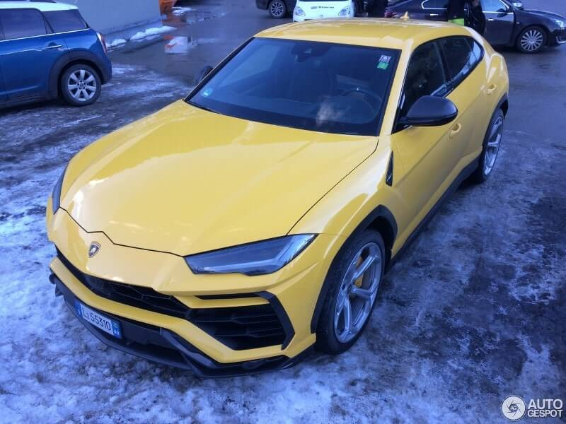 Bất Ngờ Bắt Gặp Sieu Xe Lamborghini Urus Mau Vang Tại Ao Chuyen
