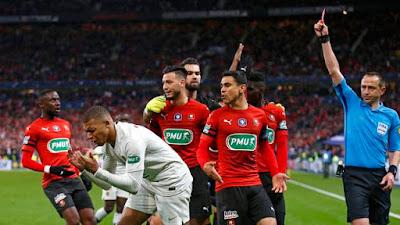 Mbappé se desespera com cartão vermelho em PSG x Rennes (Foto: EFE/EPA/IAN LANGSDON)