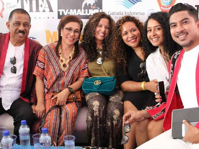 Pada sesi pertama, Group Musik Amboina Voice (Selly Kalahatu, Giofandro Louhenapessy dan Margie Sipahelut) secara berturut-turut membawakan lagu Aniong Mama, Sinamania, Sio Mama