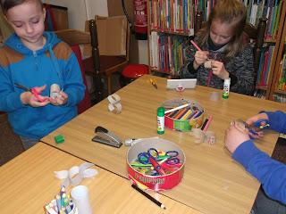 Dzieci wycinają i kolorują króliki