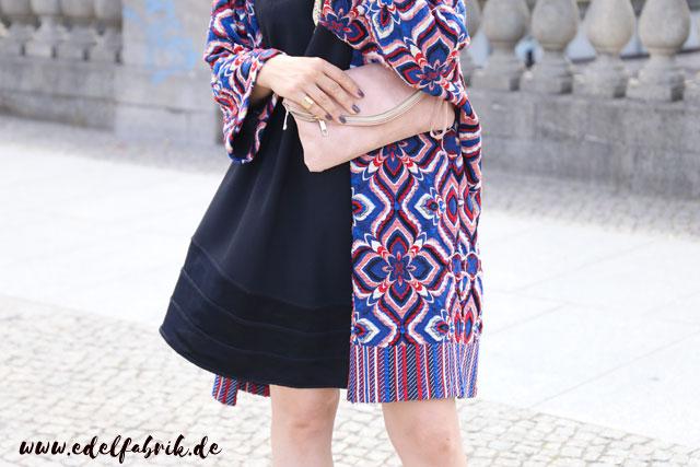 die Edelfabrik, Look mit schwarzem Minikleid, Mantel mit buntem Blumenprint, High Heels