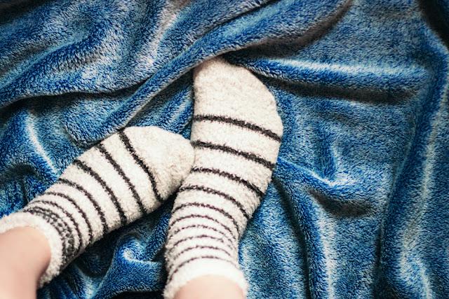 5 Manfaat Menyehatkan Tidur Pakai Kaus Kaki