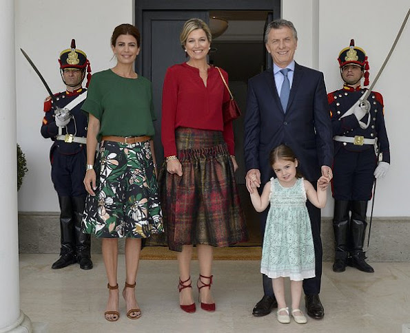 Queen Maxima, President Mauricio Macri his wife Juliana Awada and his daughter Antonia, Maxima wore skirt, red dress, Chanel Handbag, Natan red blouse ans skirt gianvito rossi sandals
