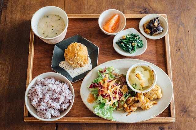 Swan鵝牌極致鵝絨日式刨冰機 鵝絨雪花冰機 #給愛好蔬食的你的刨冰提案 #寫真教室裡的烏雲密布刨冰 店內也提供米食餐點,有多種奈良當地野菜 -swan-kakigori-Photography-studio-cafe-nana-tsumori-lunch-set-with-local-vege