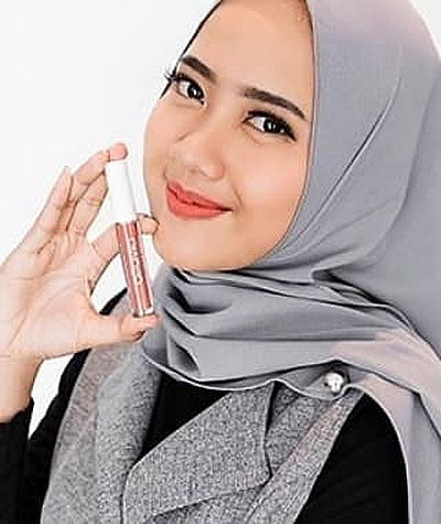 photo wanita cantik berjilbab memakai make up lisptip sunset run