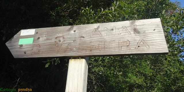 Cartel señalizador de la ruta a Castro Valnera