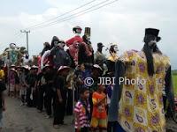 170 Orang-Orangan Sawah Diarak dalam Festival Glinggang Sampung
